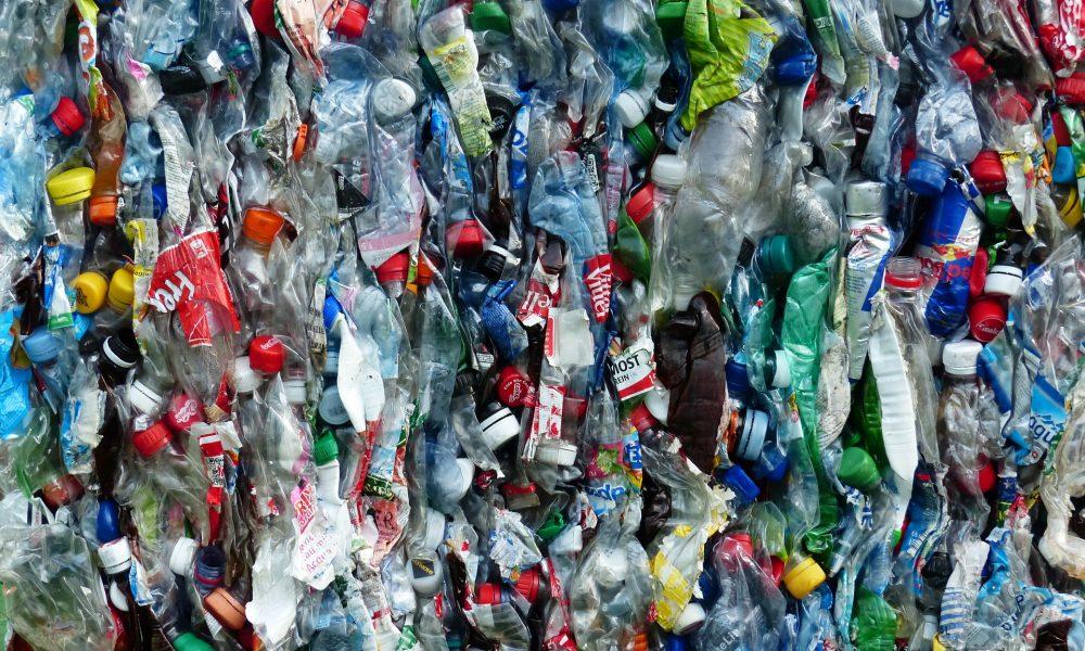 Plastikflaschen beim Recycling