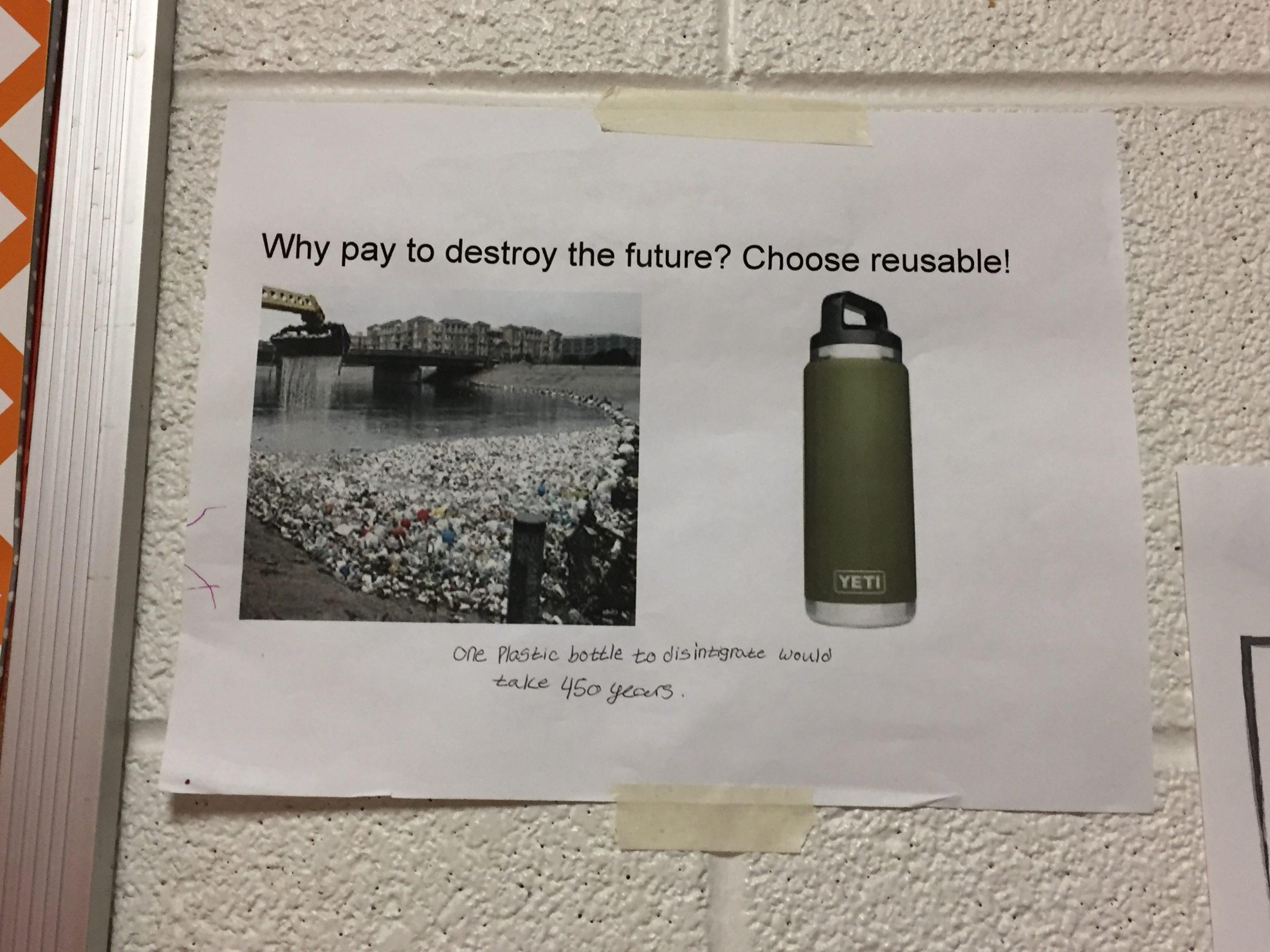 Poster in der Schule zum Thema Trinkflaschen