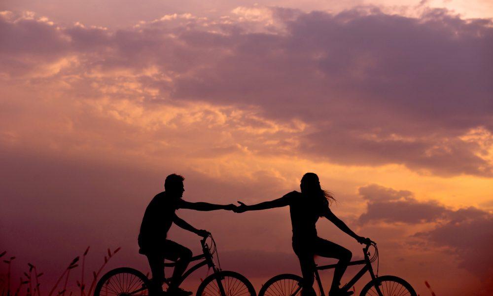 Fahrradfahrendes Pärchen