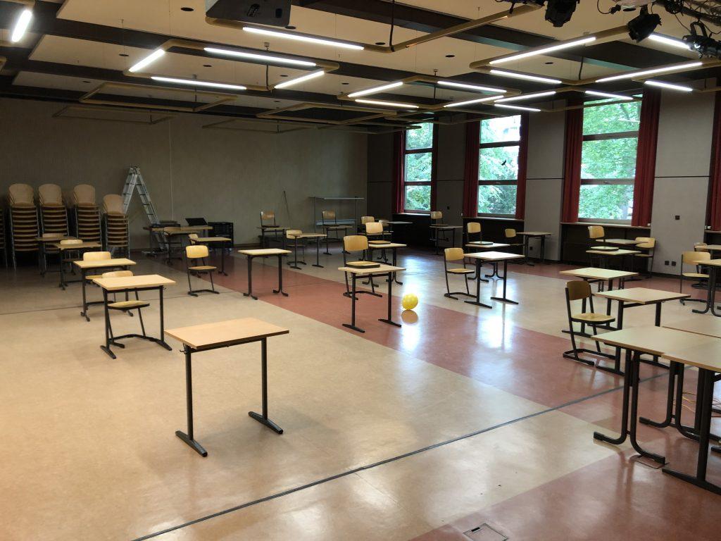 Blick in die Aula unter Abiturbedingungen