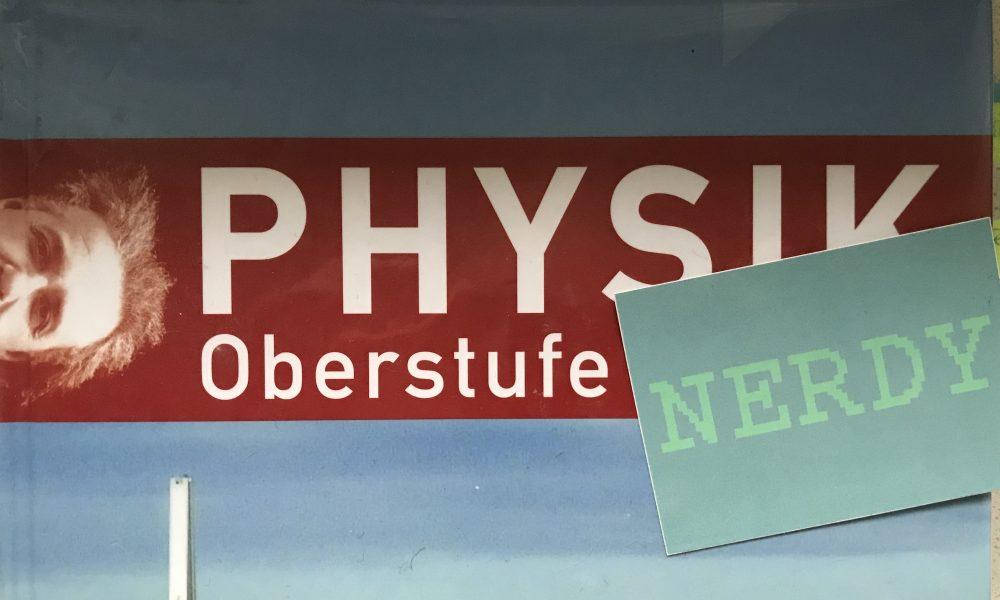 Physikbuch aus der GyO mit NERDY-Sticker