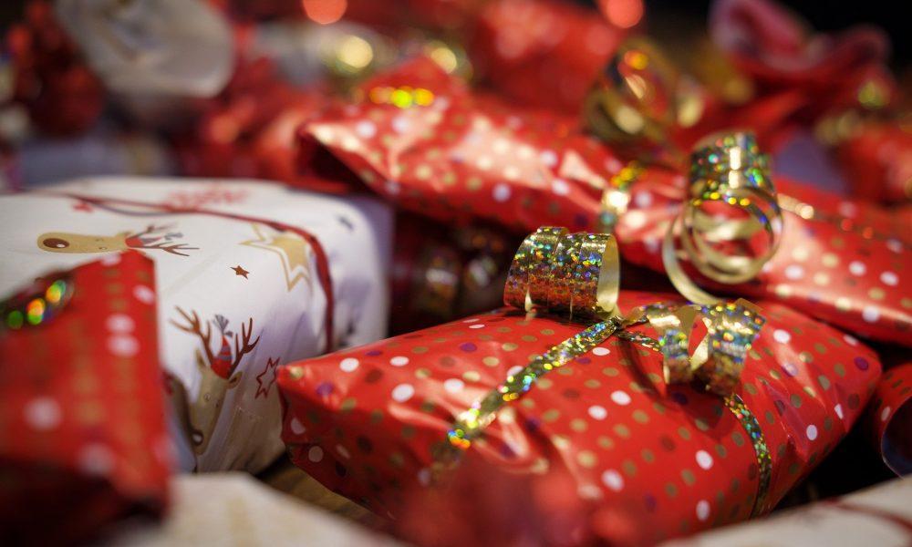 Viele verpackte Geschenke