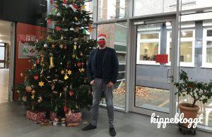 Herr Dr. Einhaus vor einem Weihnachtsbaum