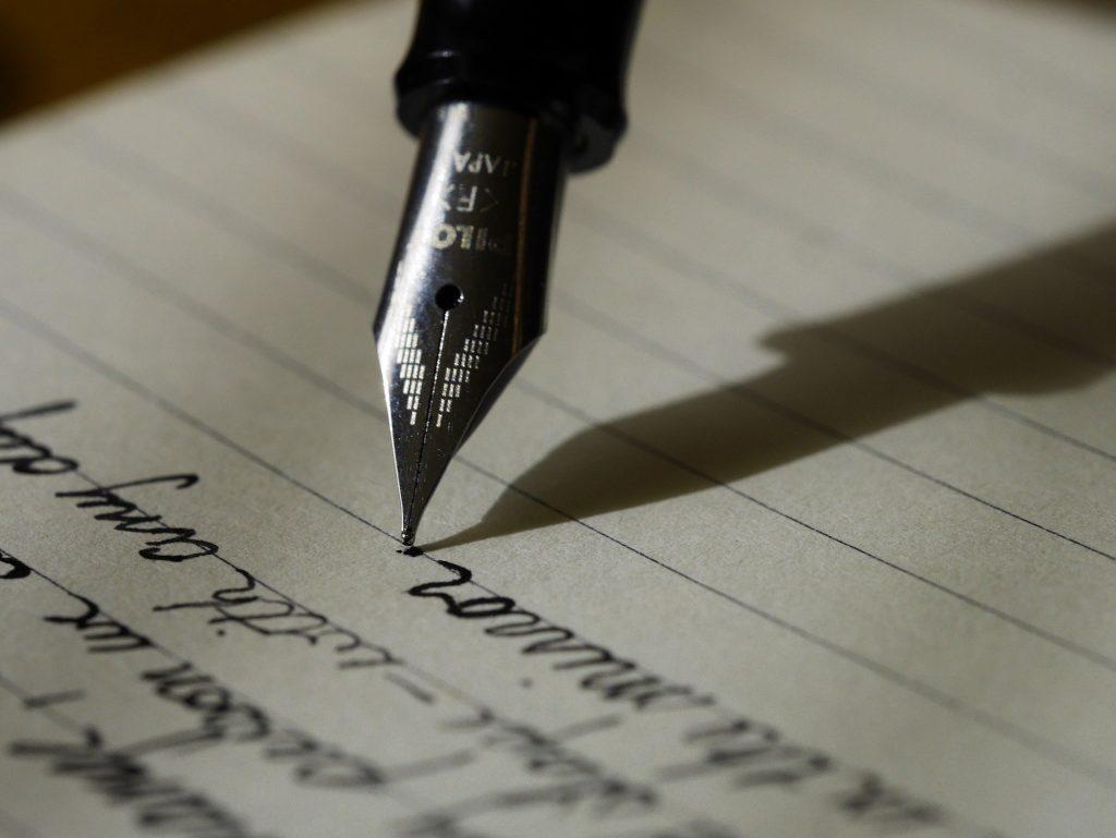 Schreibender Füller auf Papier