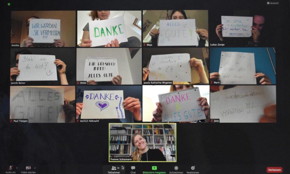 Zoom-Meeting, alle Teilnehmer halten ein Blatt mit einer Abschiedsnachricht hoch