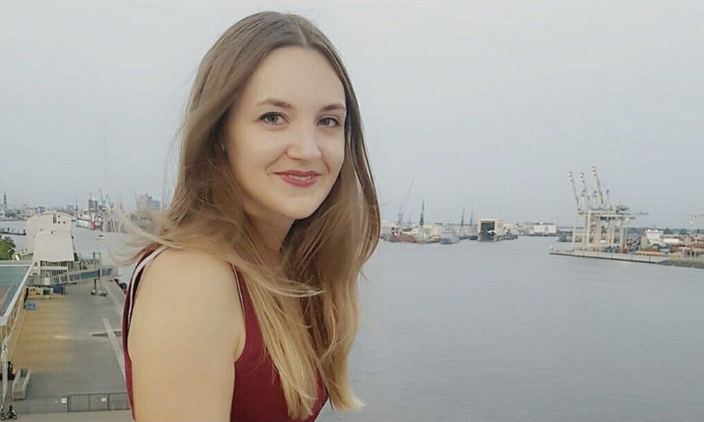 Cornelia Hahn an einem Hafen