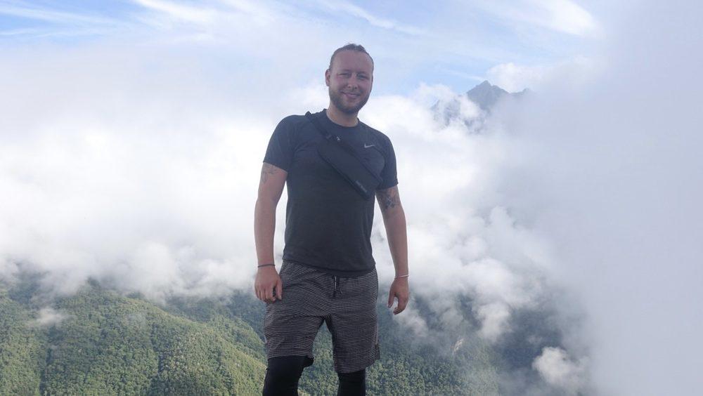 Herr Zacher auf einem Berg, der von Wolken umgeben ist